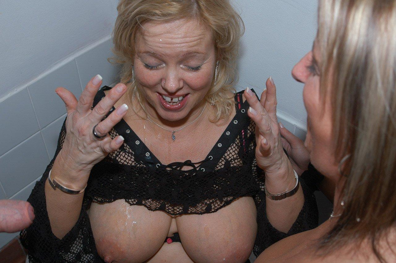 branlette et ejaculation vieille salope en gang bang